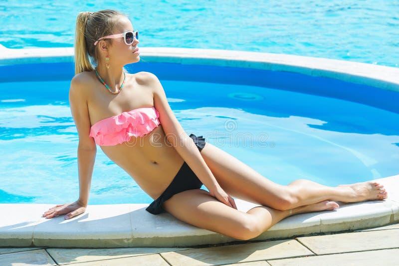 Het mooie Jonge Zonnebaden van de Vrouw stock fotografie