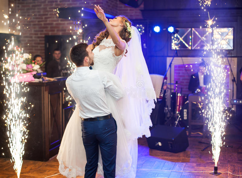 Het mooie jonggehuwde koppelt eerste dans bij huwelijk royalty-vrije stock foto's