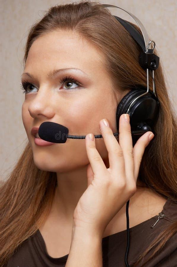 Het mooie klantenondersteuningsmeisje luistert stock foto's