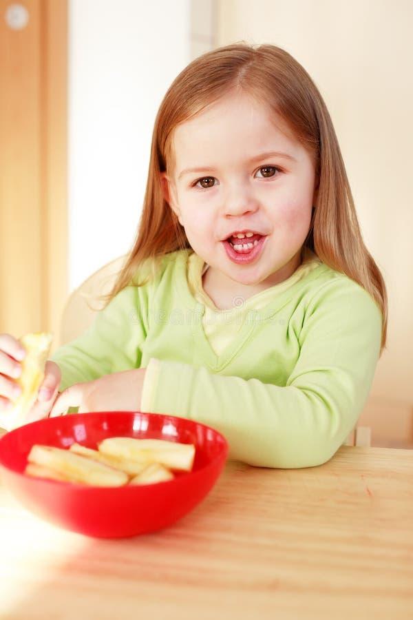 Het mooie kleine meisje eten royalty-vrije stock fotografie