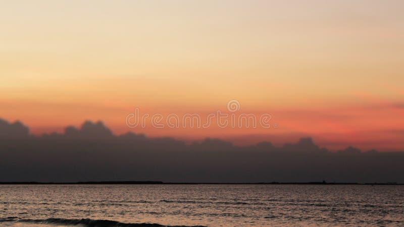 Het mooie kleurrijke van de overzeese van de de zonsondergang kleurrijke hemel strandzonsopgang de meningsmensen lopen stock afbeelding