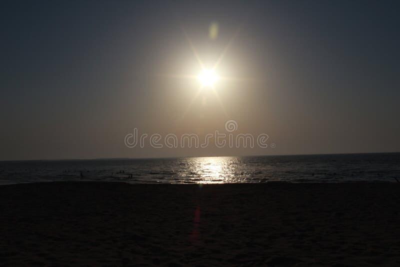 Het mooie kleurrijke van de overzeese van de de zonsondergang kleurrijke hemel strandzonsopgang de meningsmensen lopen royalty-vrije stock foto's