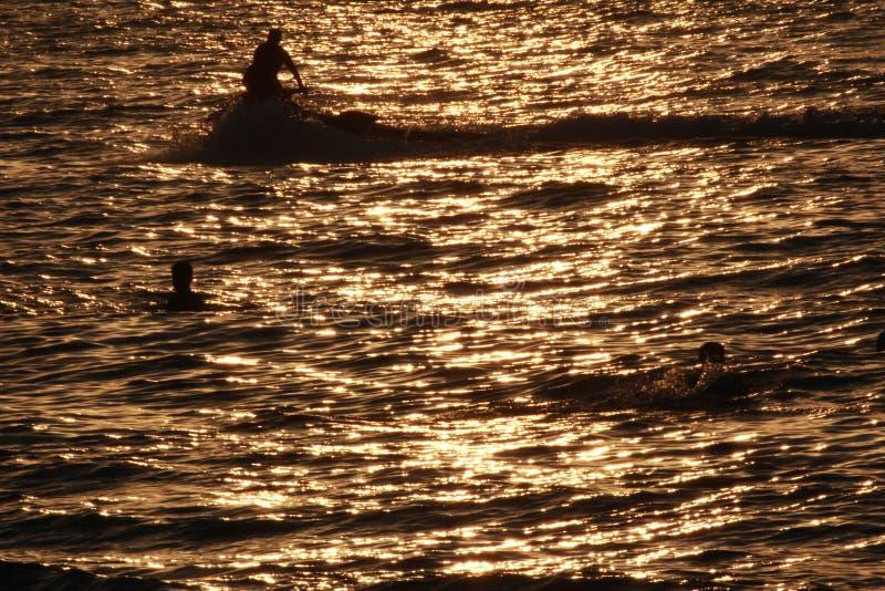 Het mooie kleurrijke van de overzeese van de de zonsondergang kleurrijke hemel strandzonsopgang de meningsmensen lopen stock foto