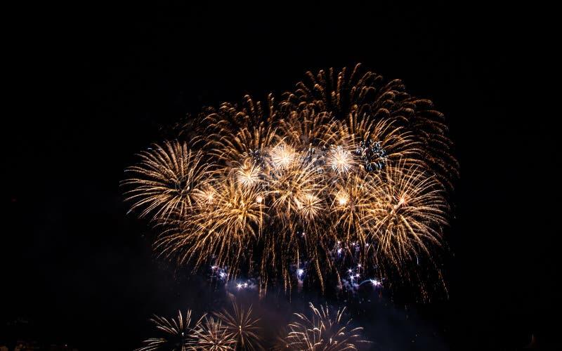 Het mooie kleurrijke vuurwerk toont op de Vieringsvuurwerk van de vieringsnacht over de rivier met cityscape zachte nadruk backgr stock foto