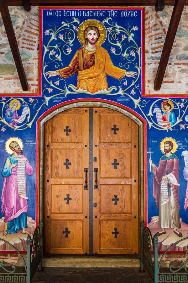 Het mooie kunstwerk schilderen van Jesus en heiligen op een binnenlandse muur in groot meteoronklooster in meteora Griekenland stock foto
