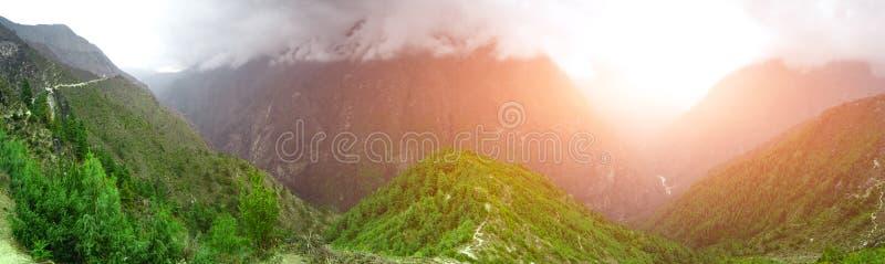 Download Het Mooie Landschap Van De Berg Stock Foto - Afbeelding bestaande uit pieken, landbouw: 54088004