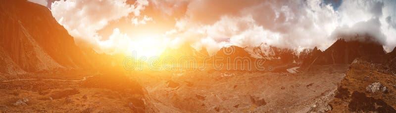 Download Het Mooie Landschap Van De Berg Stock Foto - Afbeelding bestaande uit zonneschijn, buiten: 54088308