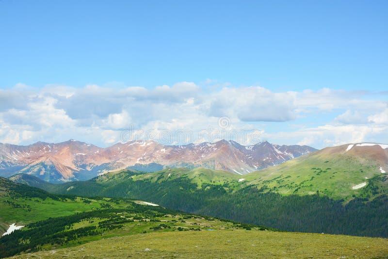 Het mooie landschap van de de zomerberg stock afbeelding