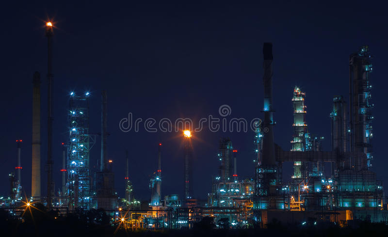 Het mooie landschap van de nachtscène van olie en gasraffinaderijfabriek royalty-vrije stock foto's