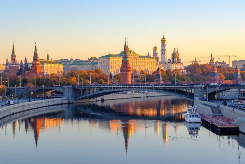 Het mooie landschap van de Ochtendstad met mening over Moskou het Kremlin en bezinningen in wateren van Moskva-rivier royalty-vrije stock foto's
