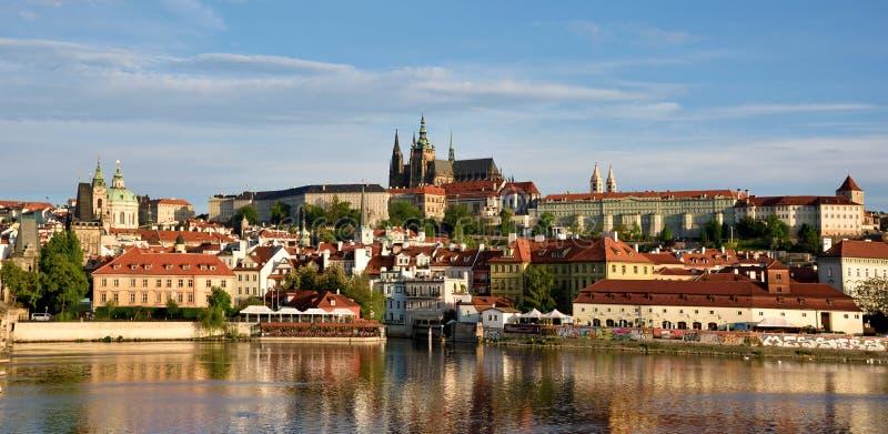 Het mooie landschap van de oude stad en Hradcany (Praag stock fotografie