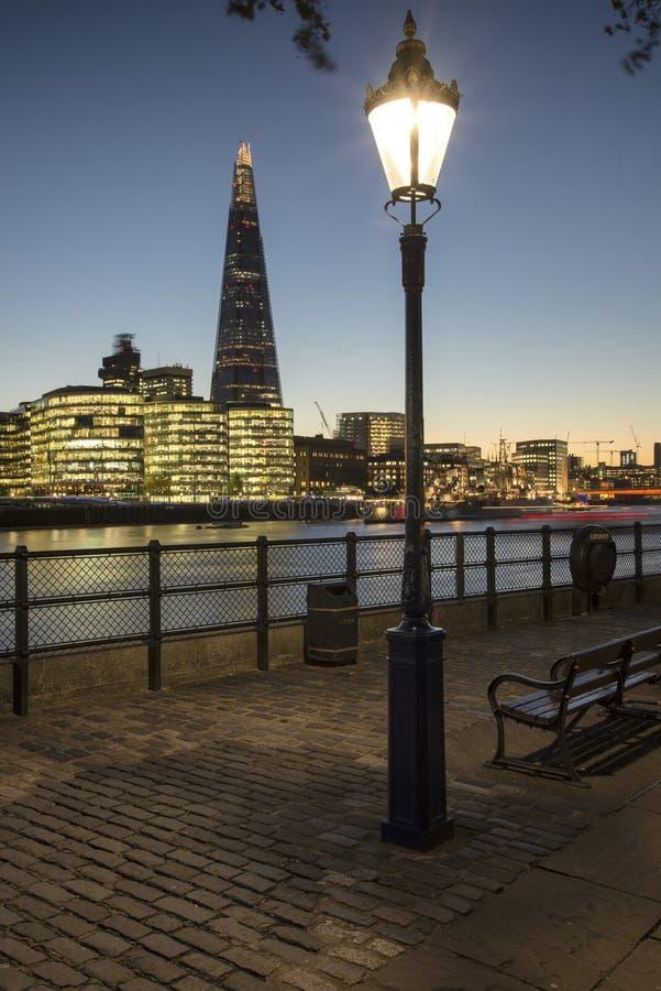 Het mooie landschap van de de Stadshorizon van Londen bij nacht met gloeiend ci royalty-vrije stock foto