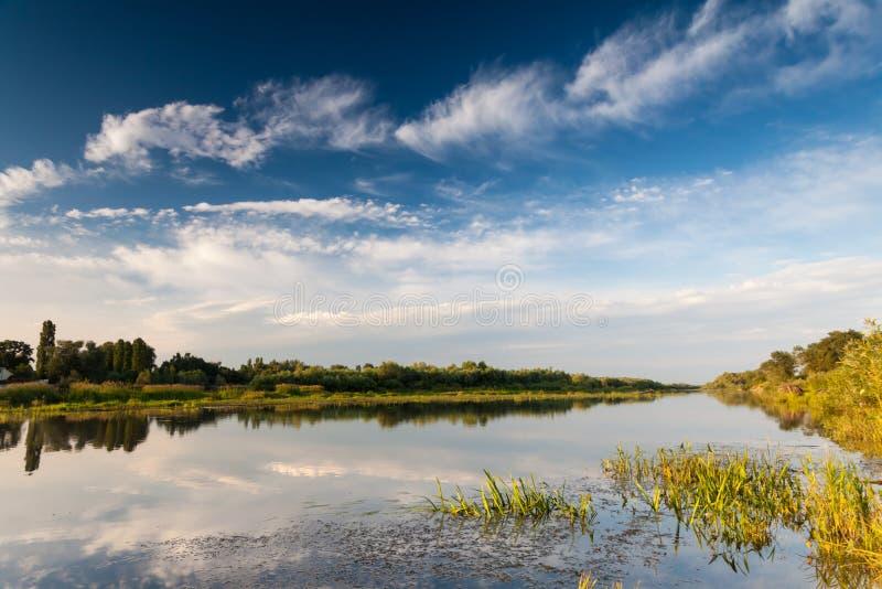 Het mooie landschap van het de zomerwater in zonnestraal stock foto