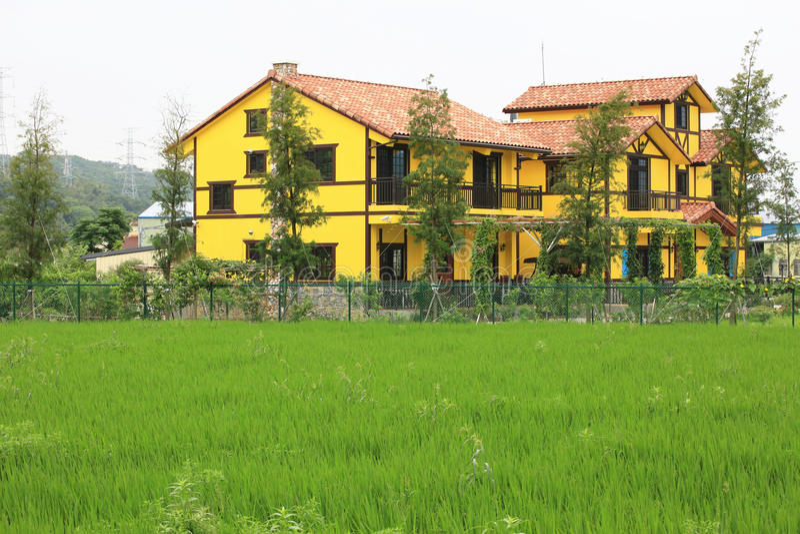 Het mooie landschap van het land met kleurrijk huis stock afbeeldingen