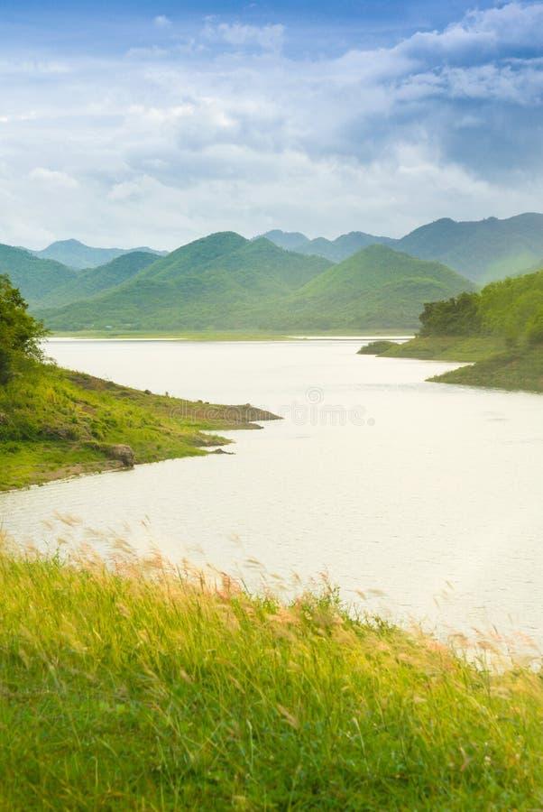 Het mooie landschap van het landschapsmeer in het natuurreservaat van Keangkrachan royalty-vrije stock fotografie