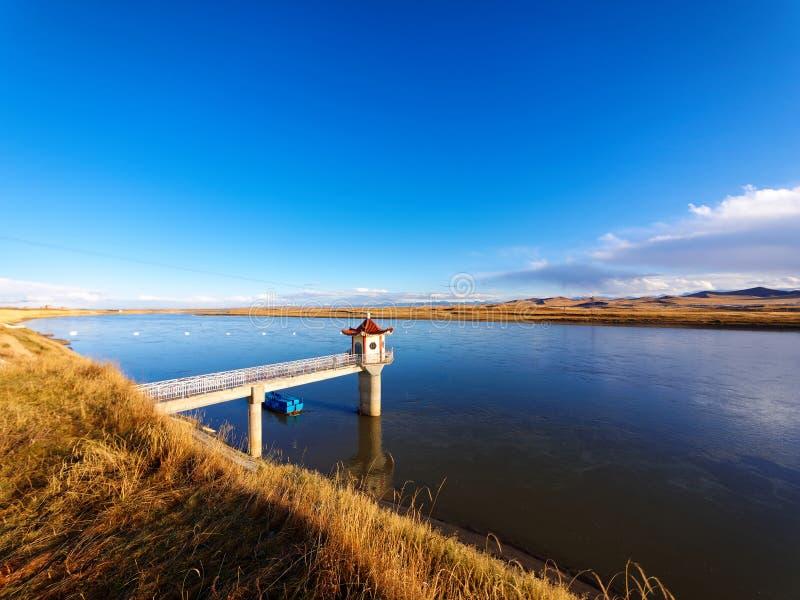 Het mooie landschap van vreedzame blauwe rivier, het is de bron van gele rivier in China royalty-vrije stock afbeelding