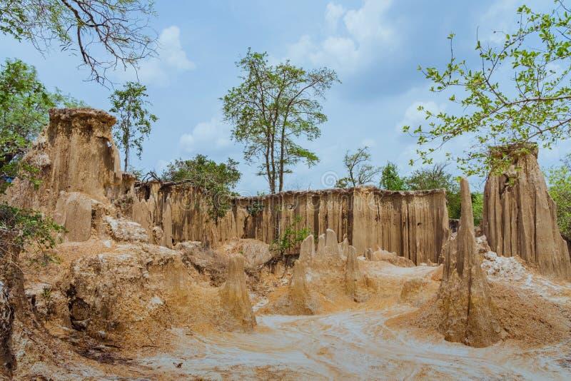 Het mooie Landschap van Waterstromen door de grond heeft erosie en instorting van de grond in een natuurlijke laag in Pong Yub, stock fotografie