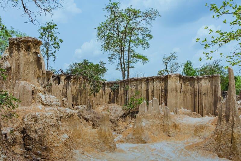 Het mooie Landschap van Waterstromen door de grond heeft erosie en instorting van de grond in een natuurlijke laag in Pong Yub, royalty-vrije stock foto