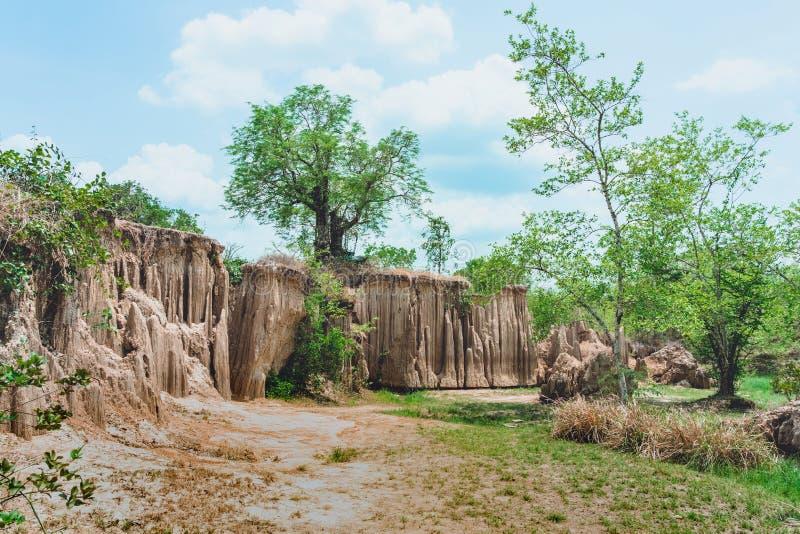 Het mooie Landschap van Waterstromen door de grond heeft erosie en instorting van de grond in een natuurlijke laag in Pong Yub, stock foto