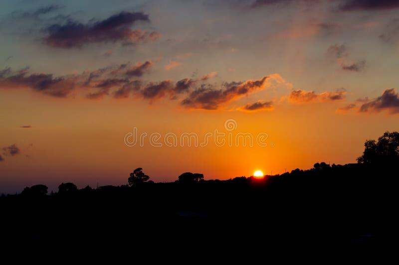 Het mooie Landschap van het Zonsondergangsilhouet, Mazzarino, Caltanissetta, Sicilië, Italië, Europa stock fotografie