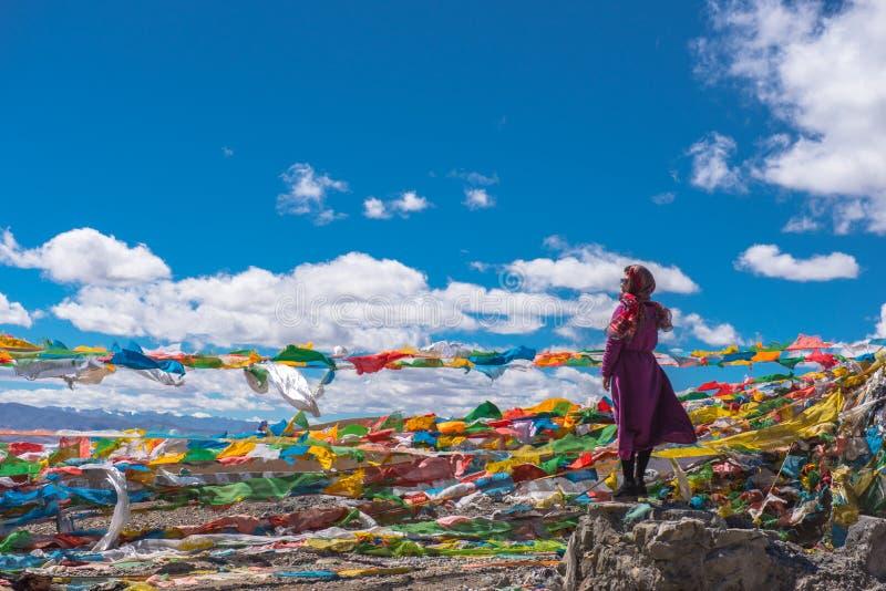 Het Mooie Landschap: Vrouw en Gebedvlaggen royalty-vrije stock foto