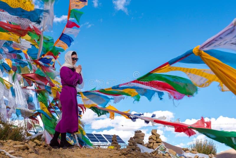 Het Mooie Landschap: Vrouw en Gebedvlaggen royalty-vrije stock foto's