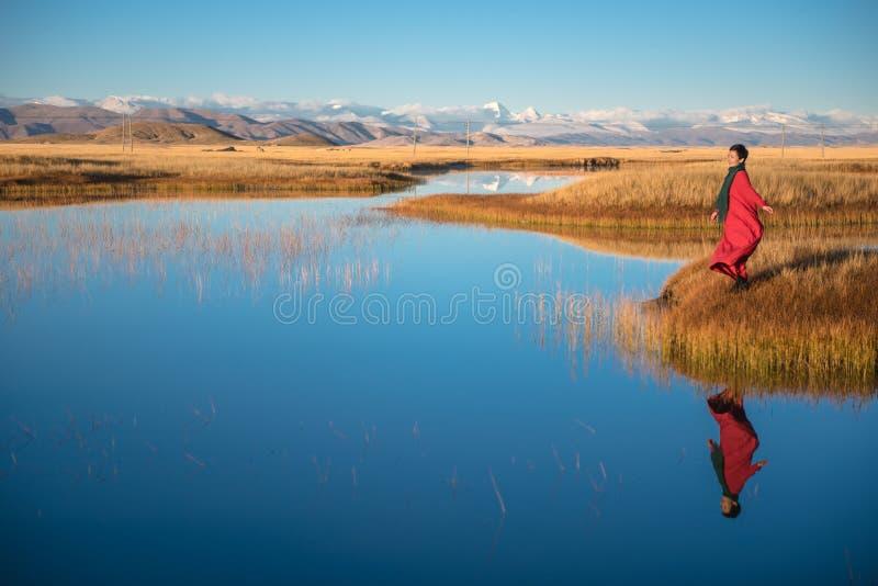 Het Mooie Landschap: Vrouwen en bezinningen in rood stock foto