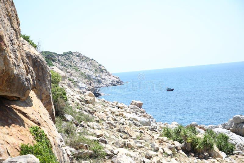 Het mooie landschap wordt gecombineerd met de kust en de bergen royalty-vrije stock afbeeldingen