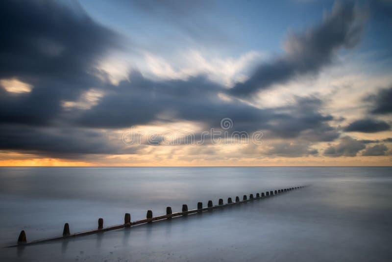 Het mooie lange beeld van het blootstellings trillende concept van oceaan bij zonsondergang royalty-vrije stock foto
