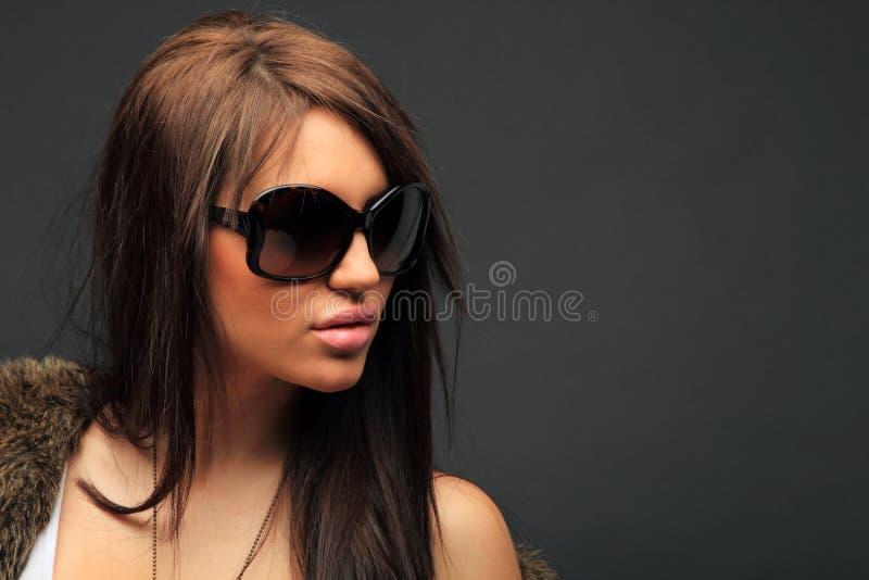 Het mooie lange portret van de haar donkerbruine vrouw stock foto