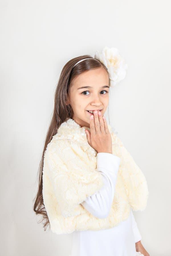 Het mooie langharige meisje glimlachen op haar gezicht zijn er verrukking en verrassing op geïsoleerde grijze achtergrond royalty-vrije stock afbeelding