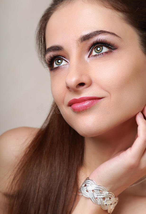 Het mooie make-upvrouw kijken stock afbeeldingen