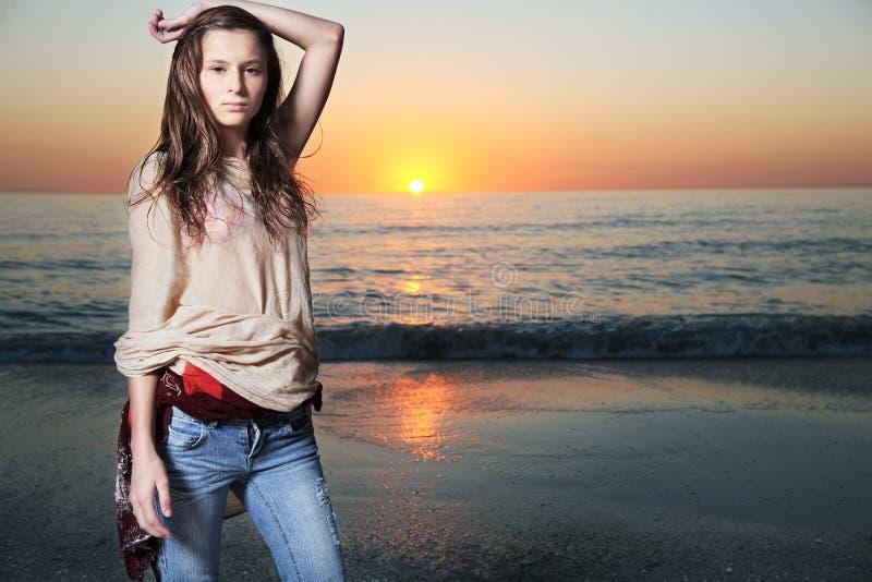 Het mooie mannequin stellen bij het strand. stock fotografie