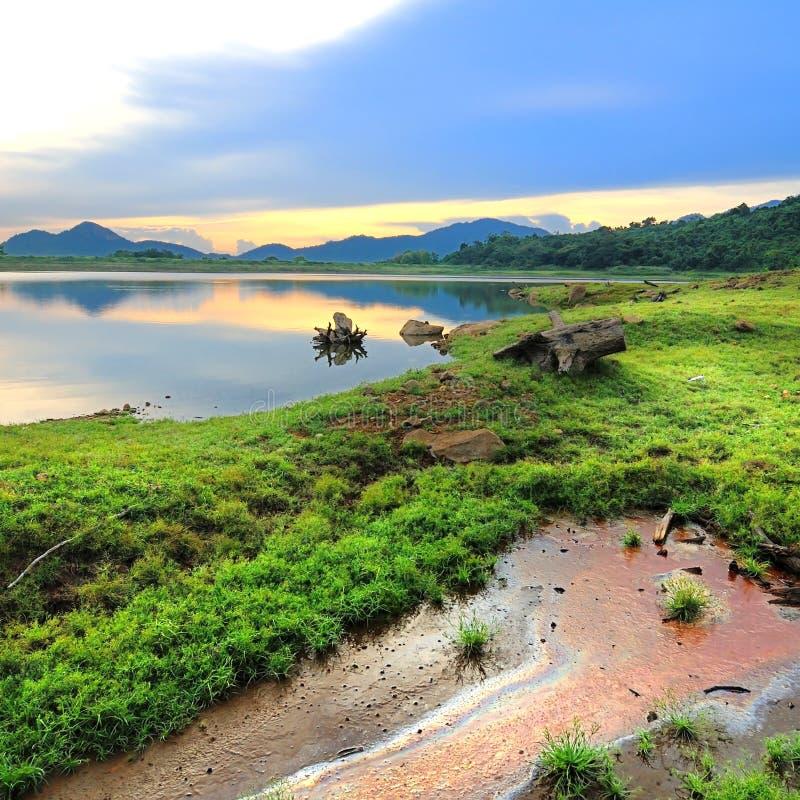 Het mooie meer van de landschapsaard in zonsondergangtijd stock foto's