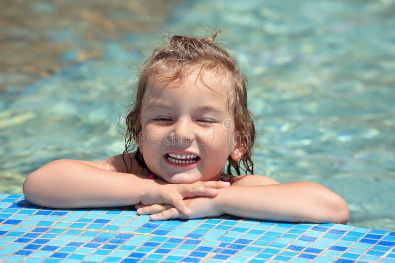 Het mooie meisje baadt in pool, gesloten ogen royalty-vrije stock afbeelding