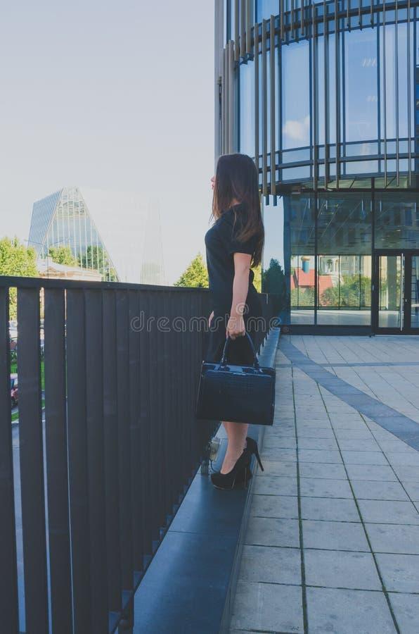 Het mooie meisje bevindt zich dichtbij het commerciële centrum stock foto's