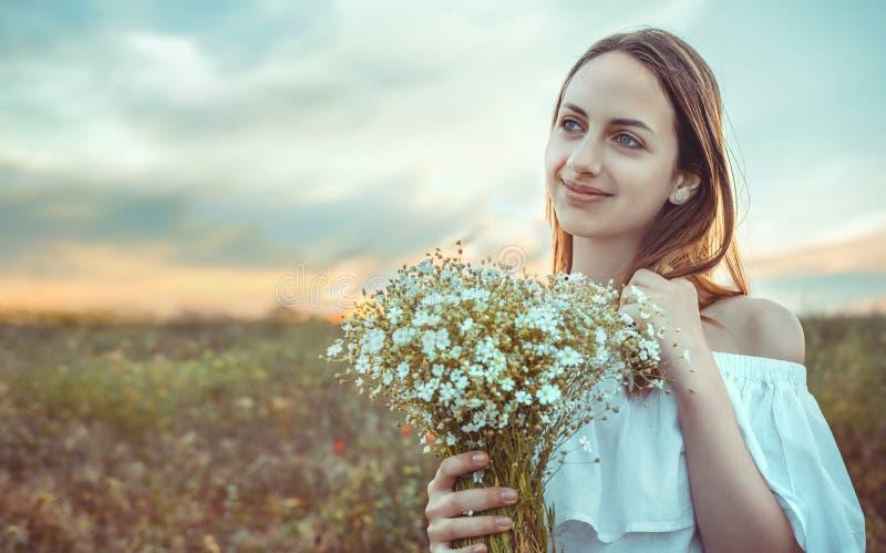 Het mooie meisje bevindt zich op een gebied royalty-vrije stock foto