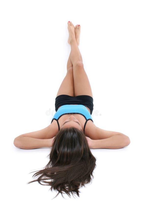Het Mooie Meisje Dat Van De Tiener Op Vloer In De Kleren Van De Training Legt Stock Afbeeldingen