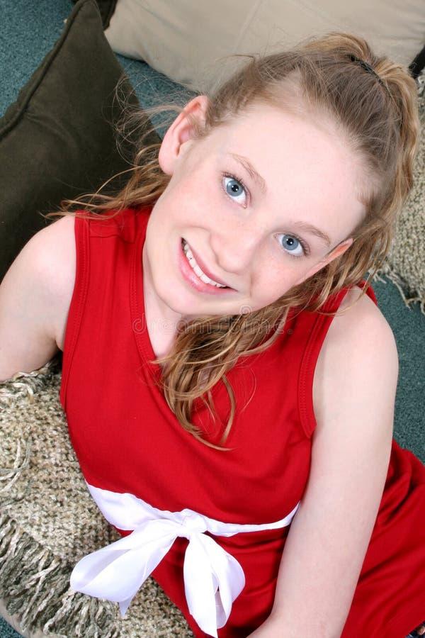 Het Mooie Meisje Dat Van Veertien Éénjarigen Op Hoofdkussens Legt Stock Fotografie