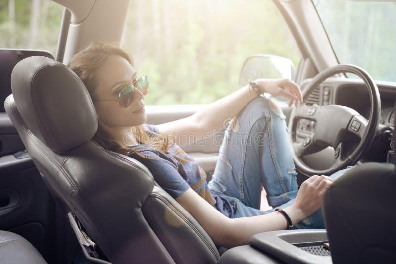 Het mooie meisje is de bestuurder achter het wiel van een auto royalty-vrije stock foto