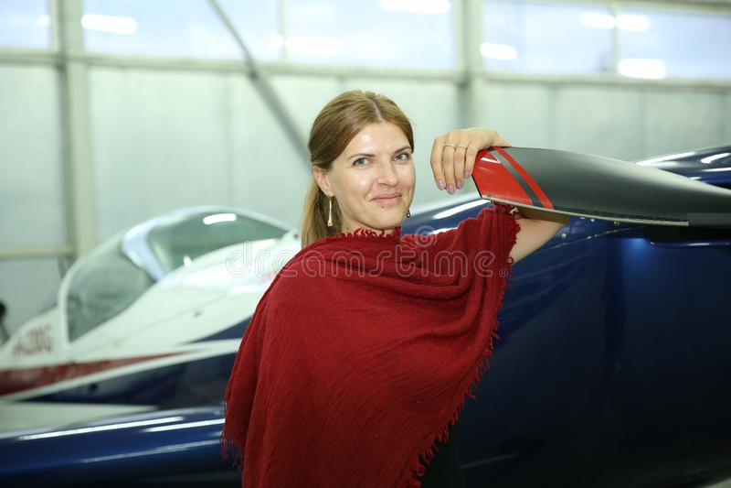 Het mooie meisje die een vliegtuigdrijfgas in handen houden is een levensstijl royalty-vrije stock foto's