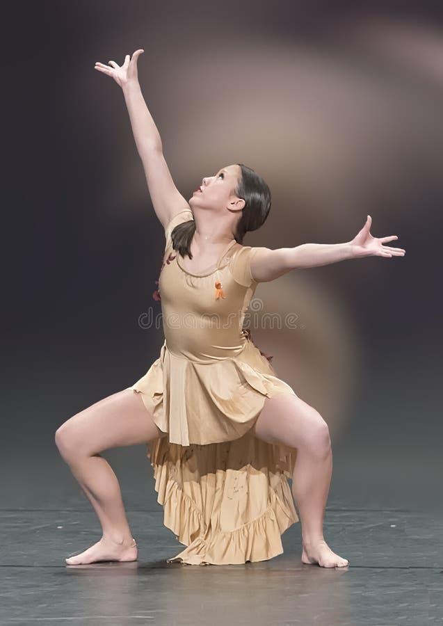 Het mooie meisje die van dertien éénjarigenamerasian een jazzdans uitvoeren royalty-vrije stock fotografie