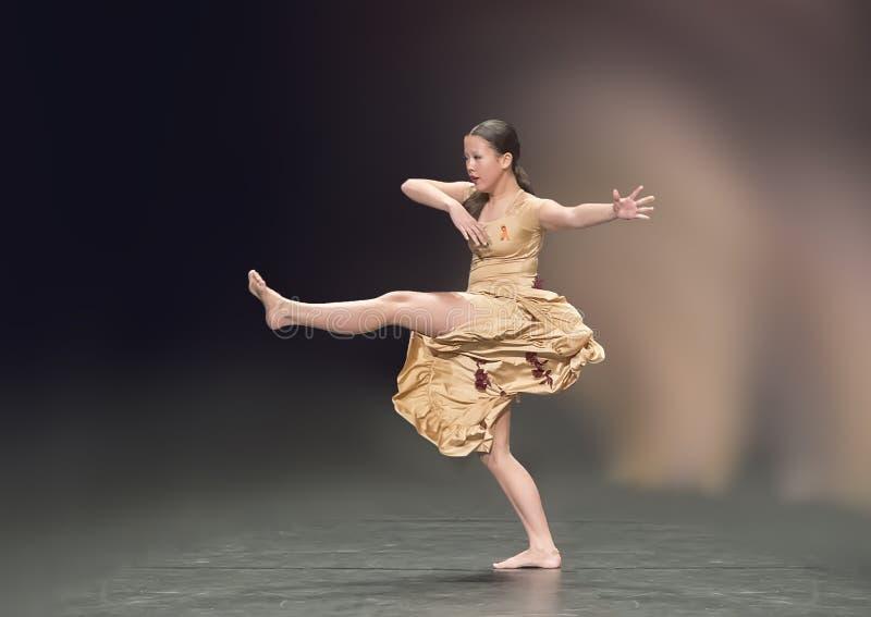 Het mooie meisje die van dertien éénjarigenamerasian een jazzdans uitvoeren stock afbeeldingen