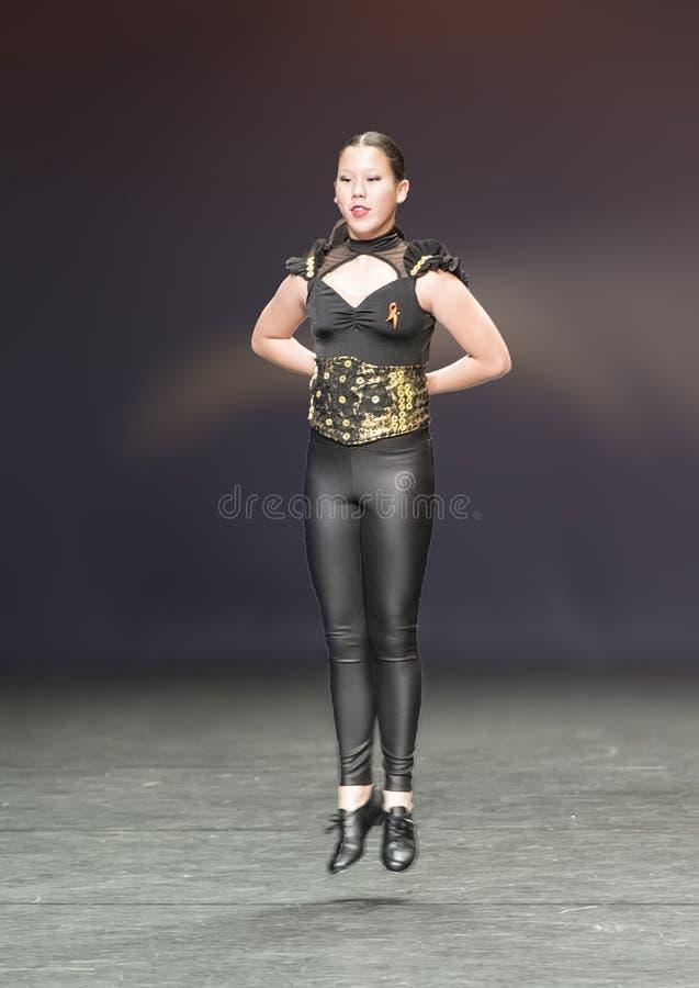 Het mooie meisje die van dertien éénjarigenamerasian een tapdans uitvoeren stock fotografie