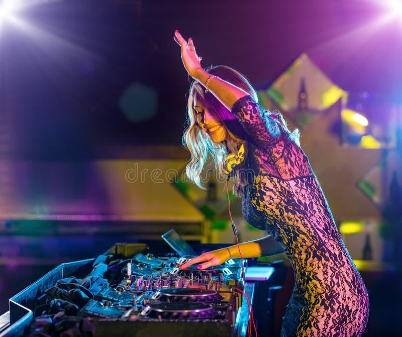 Het mooie meisje die van DJ elektronische muziek mengen royalty-vrije stock afbeeldingen