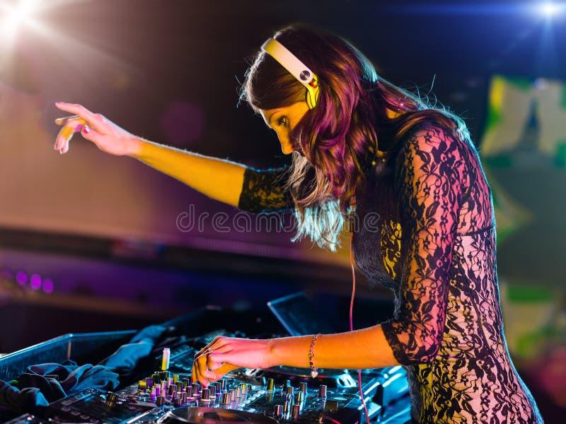 Het mooie meisje die van DJ elektronische muziek mengen royalty-vrije stock fotografie