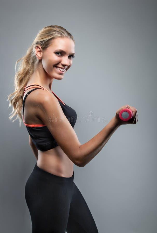 Het mooie meisje doet training stock foto