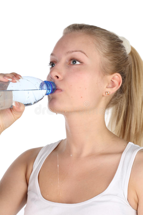 Het mooie meisje drinkt mineraalwater royalty-vrije stock afbeeldingen
