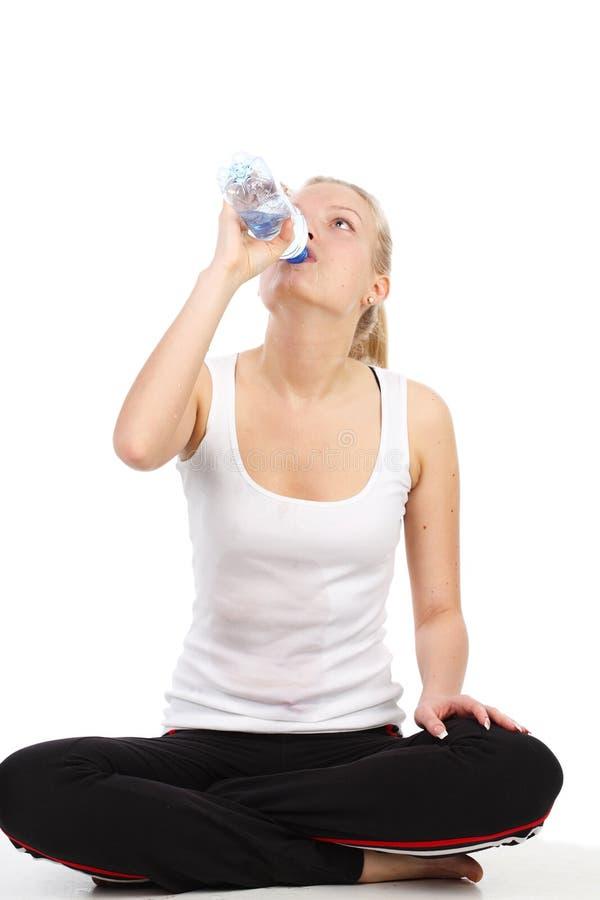 Het mooie meisje drinkt mineraalwater royalty-vrije stock fotografie