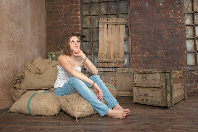 Download Het mooie meisje dromen stock foto. Afbeelding bestaande uit binnenlands - 39106052